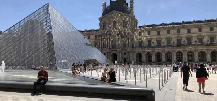 a short line to wait at the entrance to the Louvre pyramid